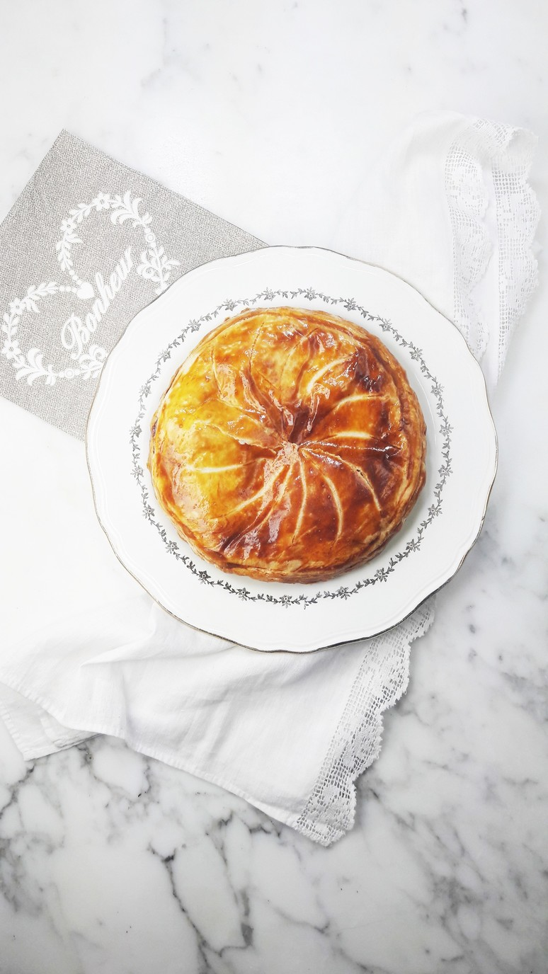 Caramelized apple galette des rois a hedgehog in the kitchen - Decor galette des rois ...